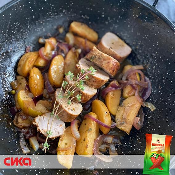 Комбинацијата на сенф, кафеав шеќер, свеж тимијан и мелен црвен пипер СИКА прави маринадата за свинското филе да биде совршено избалансирана на слатко и солено, а крцкавите и сочни јаболка и кромидот да имаат фантастичен карамелизиран вкус.